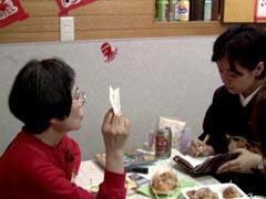 取材中の真菜さんと和中一子さん